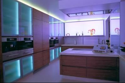 Küche Und Essbereich In Nussbaum Mit RGB Beleuchtung, Stufenloser  Farbwechsel Per Fernbedienung